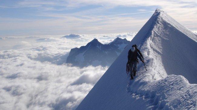Альпинисты покоряют горную вершину