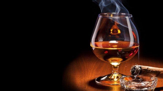 Бокал с виски и дымящаяся сигара