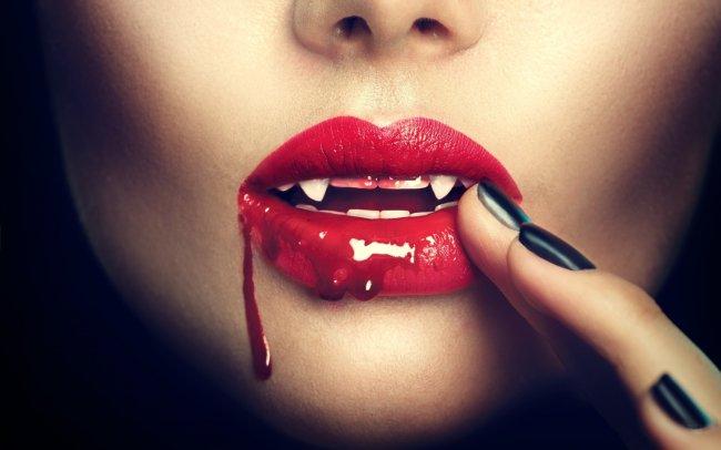 Кровь на губах вампирши