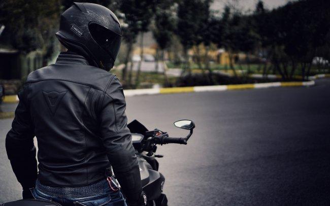Мужчина в шлеме на мотоцикле