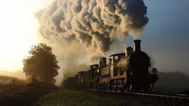 Густой дым из проходящего мимо локомотива