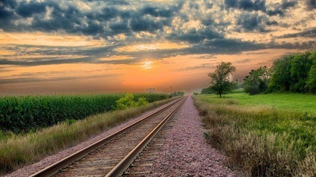 Железнодорожные пути уходящие в даль