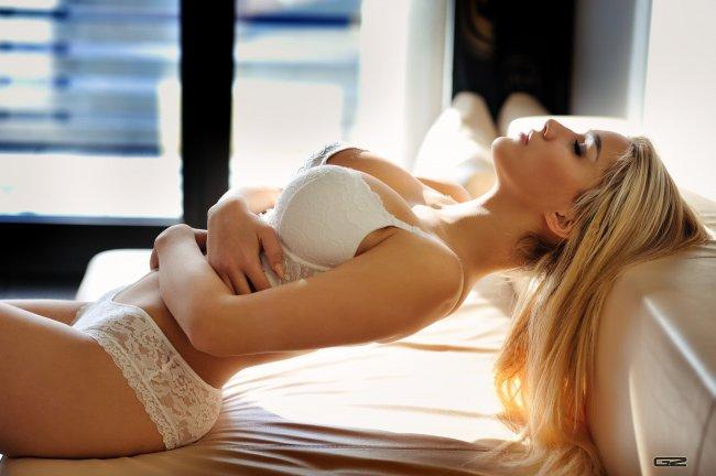 Блондинка в белом нижнем белье