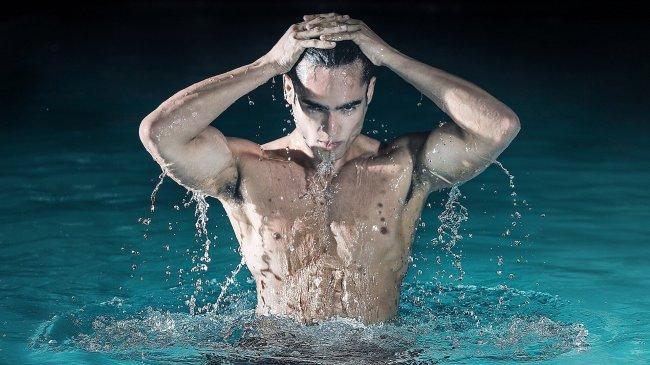 Красивый мужчина выходит из воды