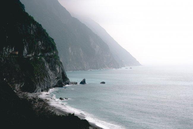 Скалистые утесы вдоль побережья
