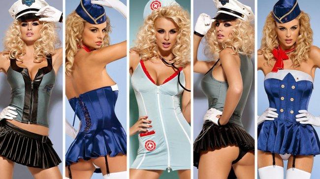 Сексуальная блондинка примеряет различные образы