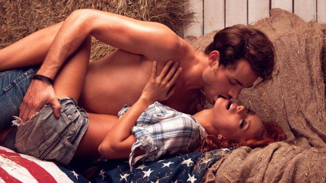 Целующиеся парень с девушкой на сеновале