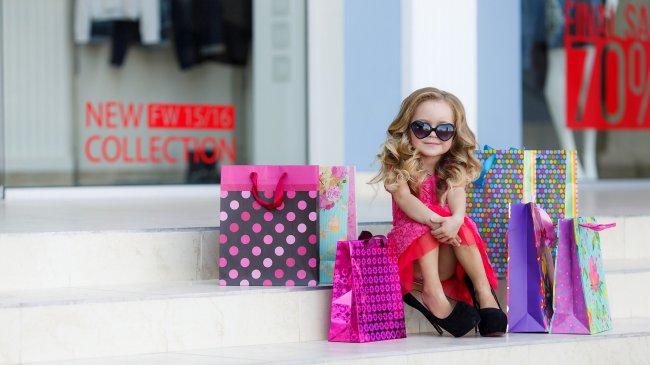 Маленькая девочка с покупками из магазина