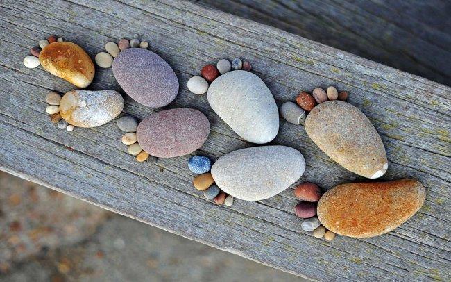 Следы из морских камушков