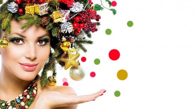 Девушка с новогодними украшениями на голове