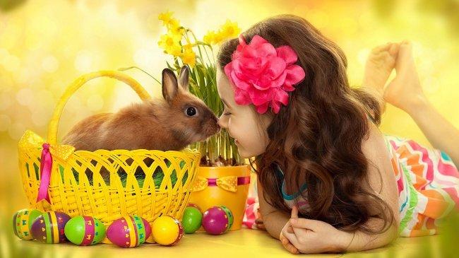 Девочка и кролик в корзинке