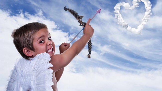 Мальчик Амур стреляет из лука