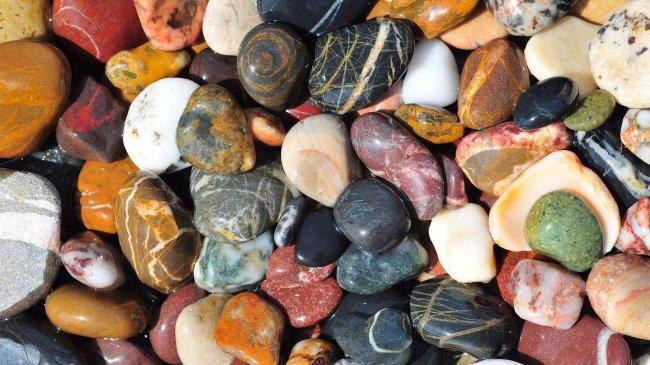 Разноцветные морские камни