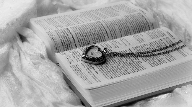 Открытая книга  и часы на цепочке