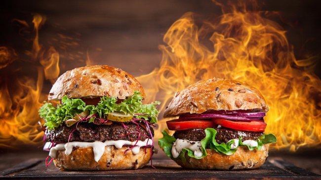 Два аппетитных бургера на фоне оогня