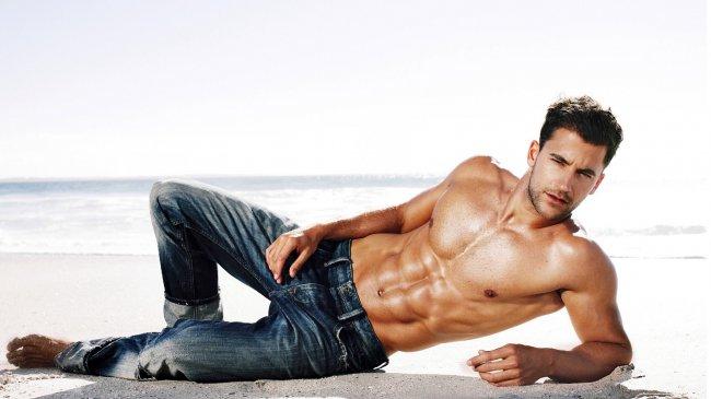 Мужчина в джинсах на пляже