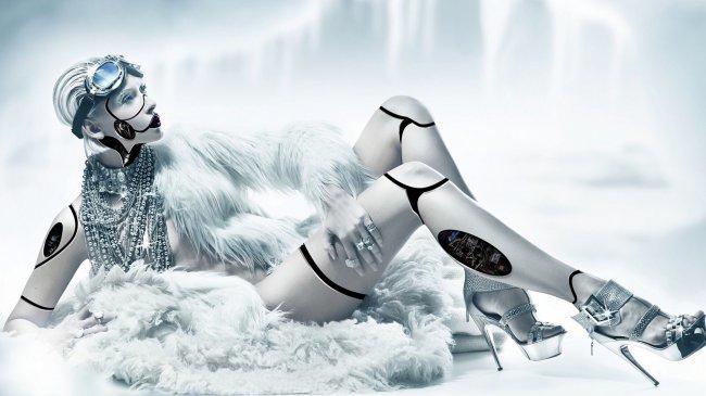 Девушка-робот в мехах и драгоценностях