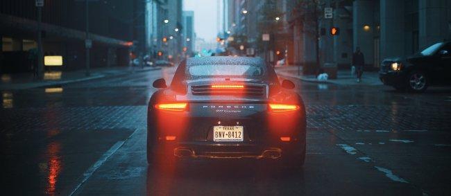 Porsche 911 Carrera на улице под дождем