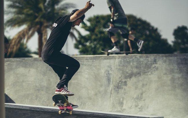 Скейтбордисты в скейтпарке
