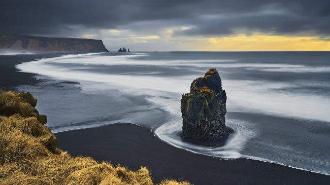 Скала на черном пляже, Рейнисфьяра