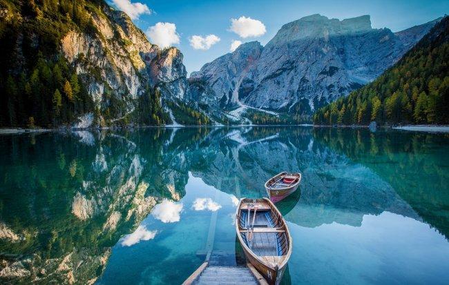 Две лодки на озеро Брайес, Южный Тироль, Италия
