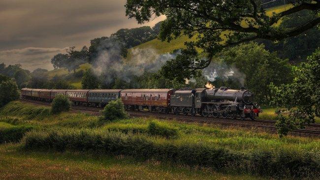 Проезжающий мимо холмов локомотив