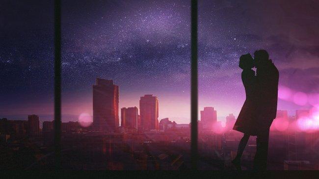 Силуэт целующейся пары на фоне города