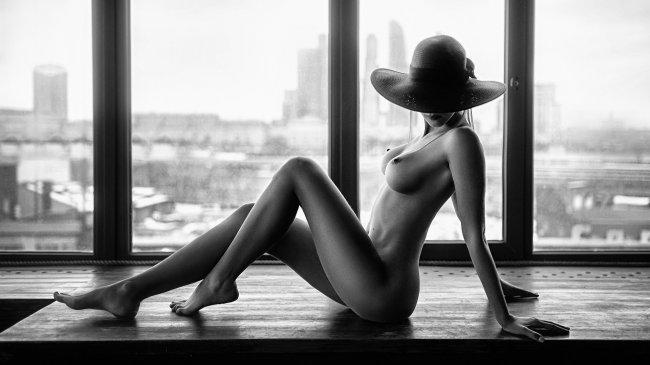 Обнаженная девушка в шляпе