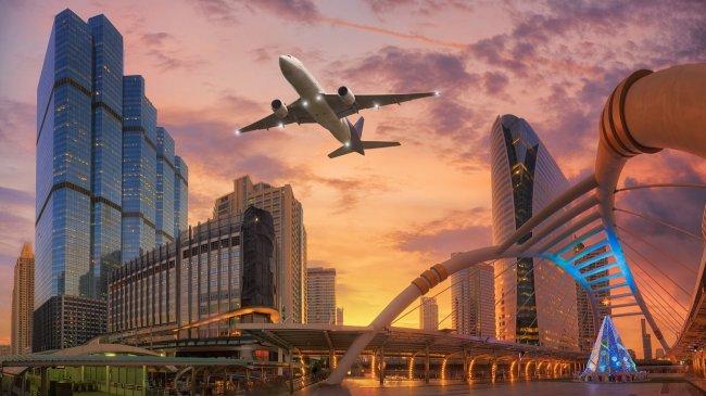 Пассажирский лайнер пролетает над Бангкоком