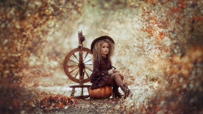 Девочка с веретеном в осеннем лесу
