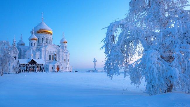 Православный храм в снегу