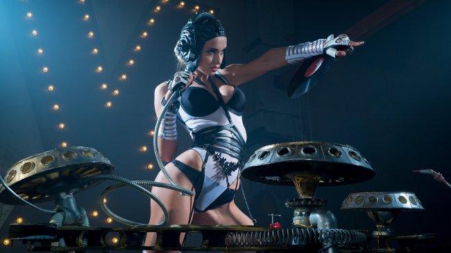 Девушка диджей в откровенном костюме