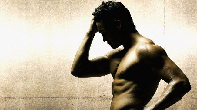 Мужчина в профиль с голым торсом