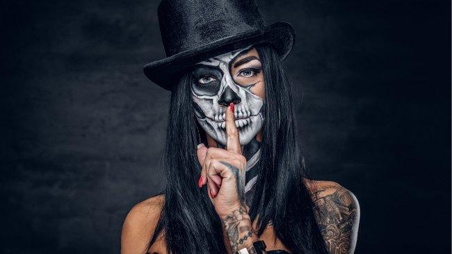 Девушка в цилиндре с диким макияжем