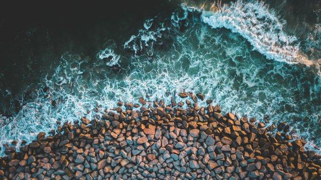 Морская волна омывает береговые камни
