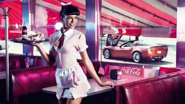 Официантка с подносом на котором стоит Coca-Cola