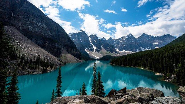 Горное озеро Морейн в Канаде