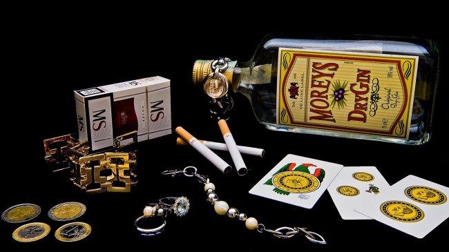 Сигареты МS и бутылка MOREYS DryGin