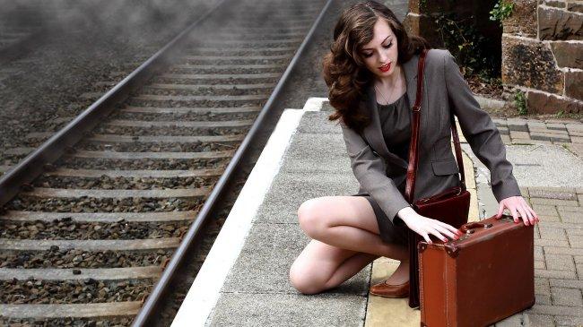 Девушка с чемоданом на вокзале