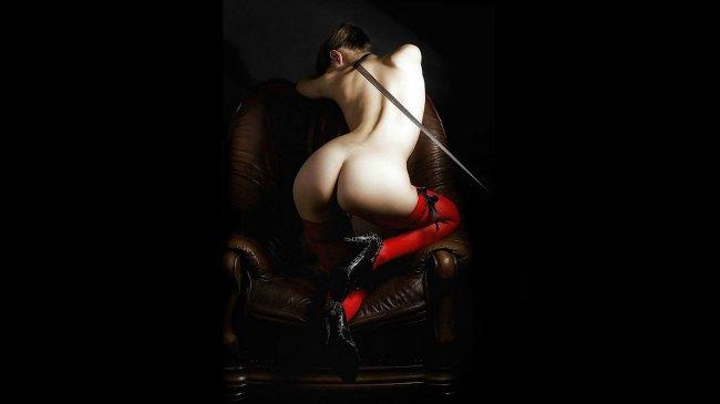 Обнаженная девушка в красных чулках