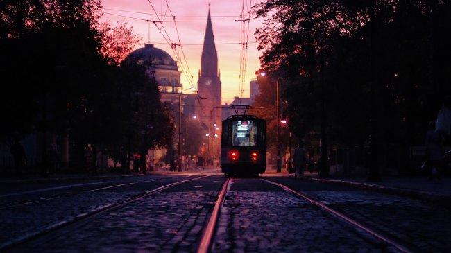 Трамвай на вечерней улице