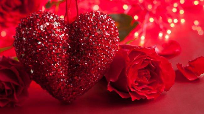 Алые розы рядом с сердцем