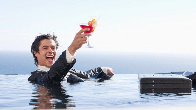Мужчина в воде с бокалом