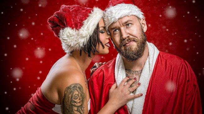 Влюбленная пара в рождественских костюмах
