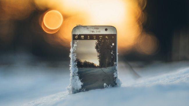 Телефон Samsung в снегу