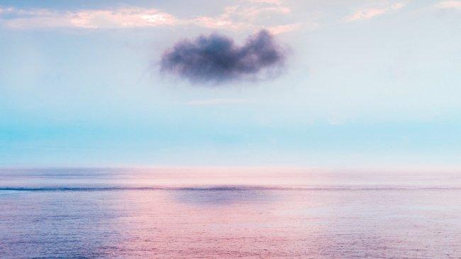 Темное облако над морем