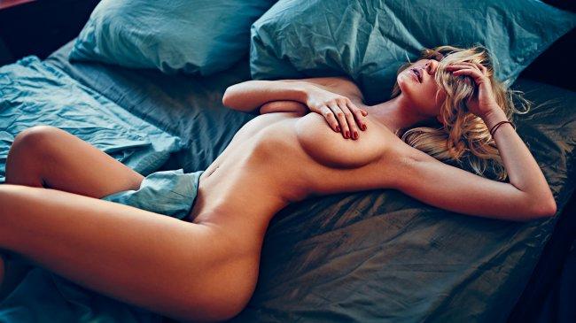 Обнаженая блондинка в постели