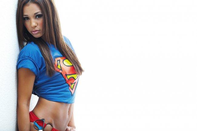 Девушка в футболке супергероя