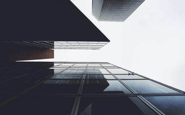 Снизу вверх взгляд на современные небоскребы
