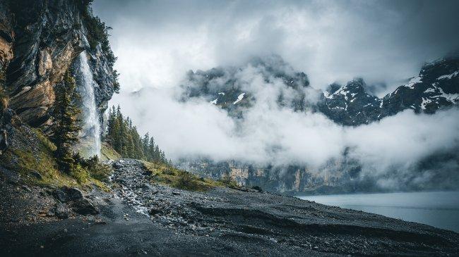 Обрывистые скалы у озера
